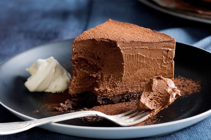 exemple de gateau nature sans oeuf, faire un gâteau au chocolat sans oeufs, morceau de gâteau chocolat fait maison