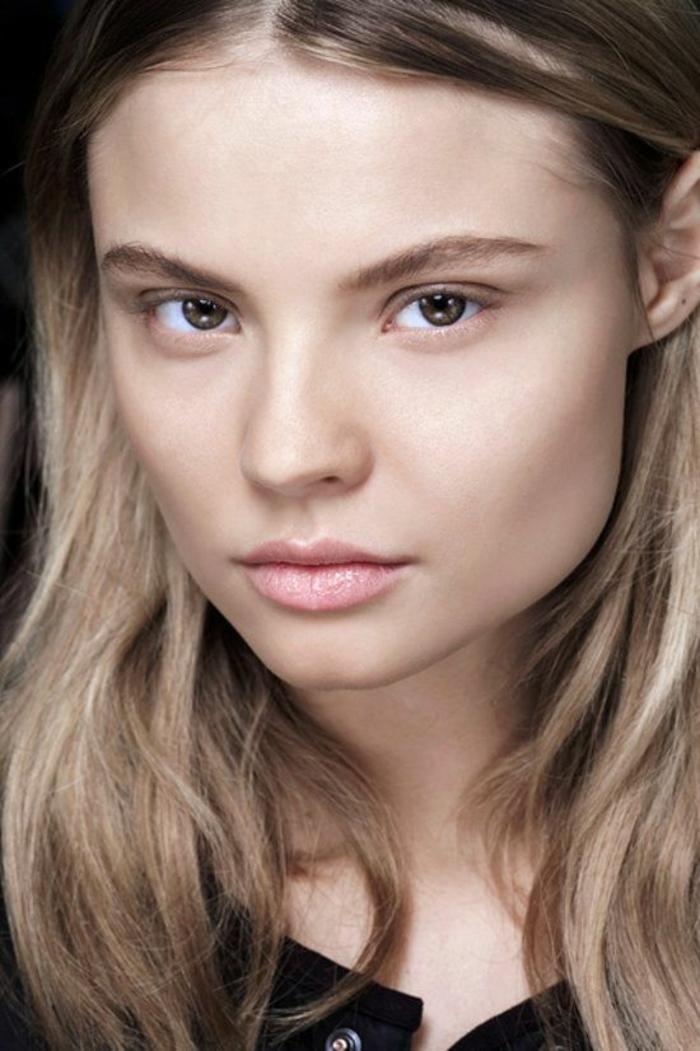 effet no make up, maquillage discret et naturelle, une baume à lèvre d'une teinte rosée
