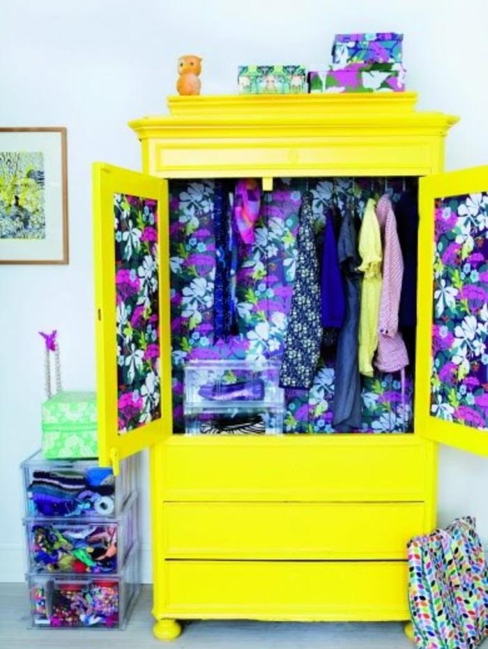 repeindre un meuble en jaune, intérieur customisé en papier peint, fleurs exotiques, mur couleur blanche, armoire style bohème, flashy