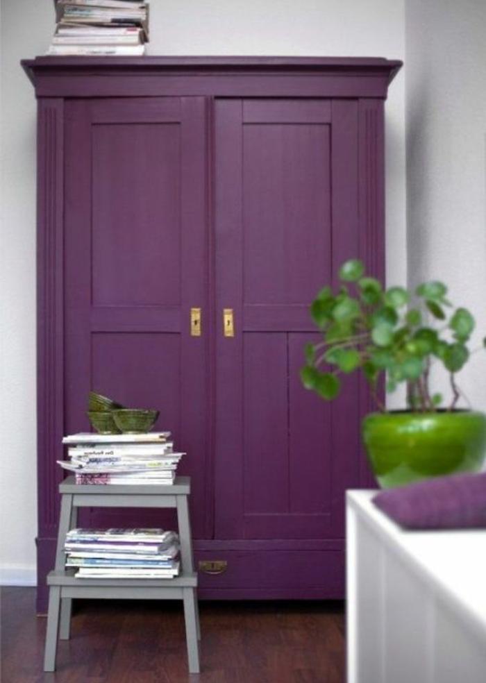 comment repeindre un meuble en lilas, armoire vintage en bois, parquet marron, commode blanc, table de service grise, plante verte