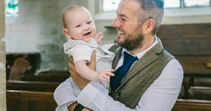 tenue de bapteme garcon, veste sans manche kaki, t-shirt bébé, cravate bleu foncé, chemise blanche