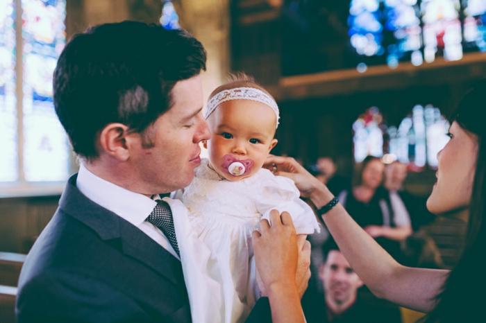 quelle tenue pour un baptême, veste noire, chemise blanche, cravate carré, robe blanche