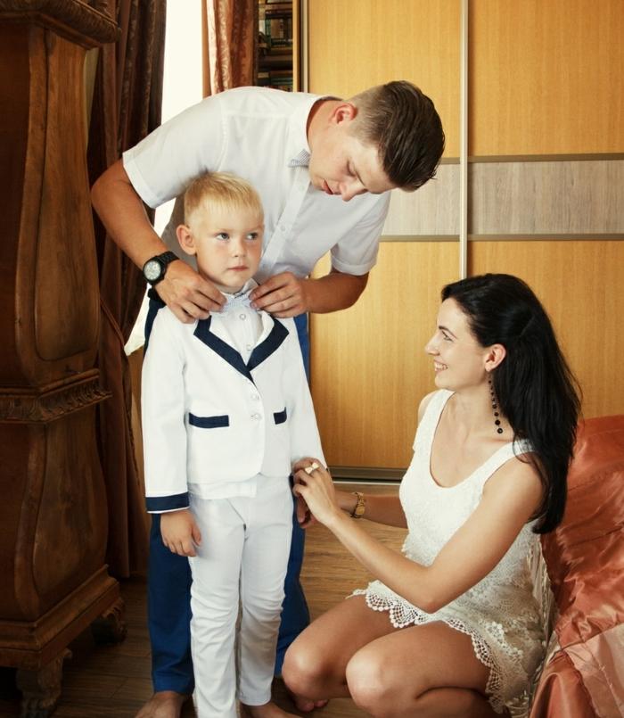 quelle tenue pour un baptême, robe écru en dentelle, chemise blanche, pantalon bleu foncé