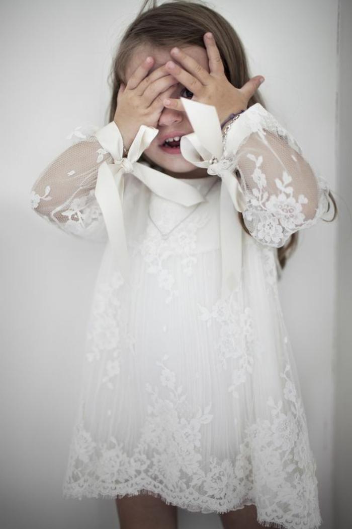 tenue de ceremonie, robe blanche en dentelle, ruban sur les manches