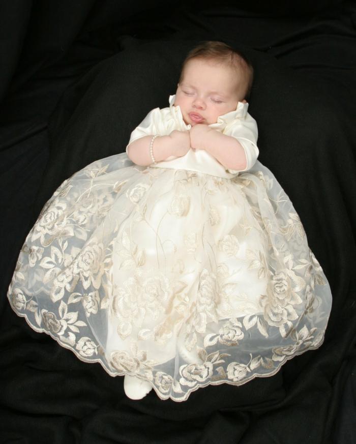 quelle tenue pour un baptême, robe écru en dentelle et motifs floraux, tenue bapteme
