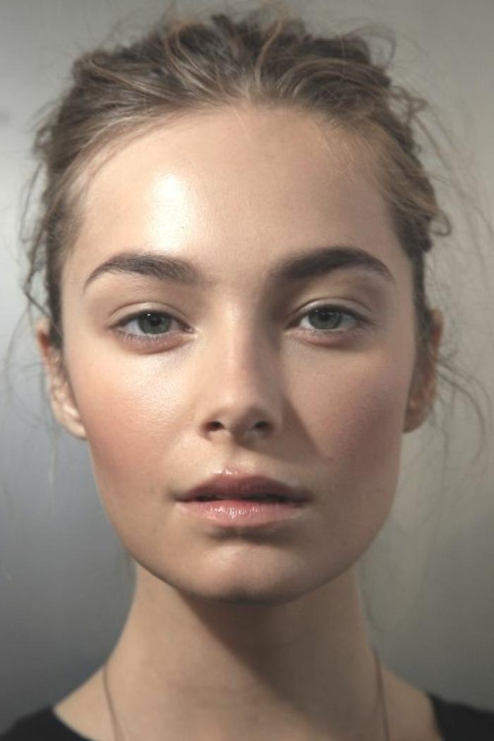 un maquillage discret effet nude, un teint éclatant et des lèvres glossy couleur neutre