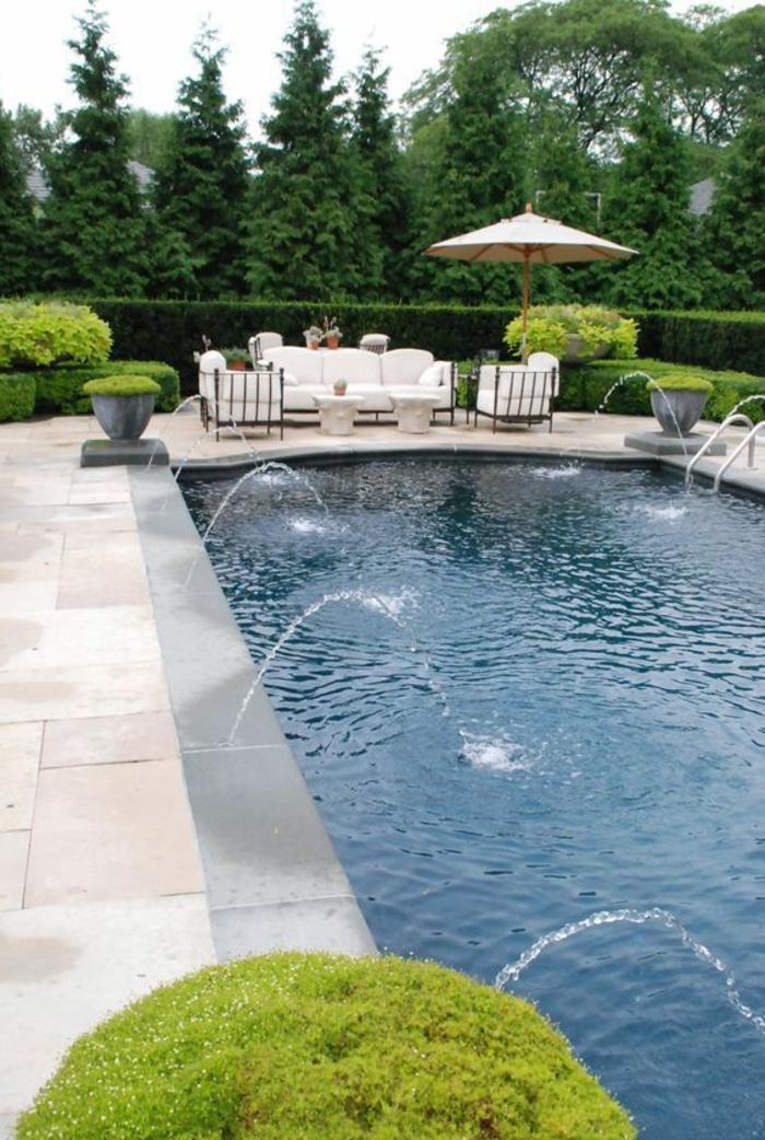 plage de piscine en pierre reconstituée et contour piscine en béton