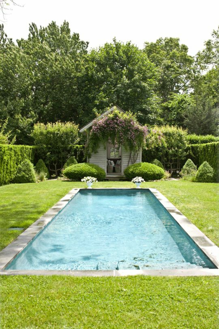 un contour piscine en béton, piscine moderne dans un jardin anglais