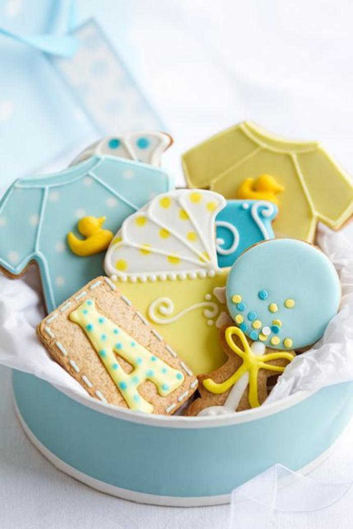 une décoration baby shower très mignonne, des petits biscuits au glaçage royal