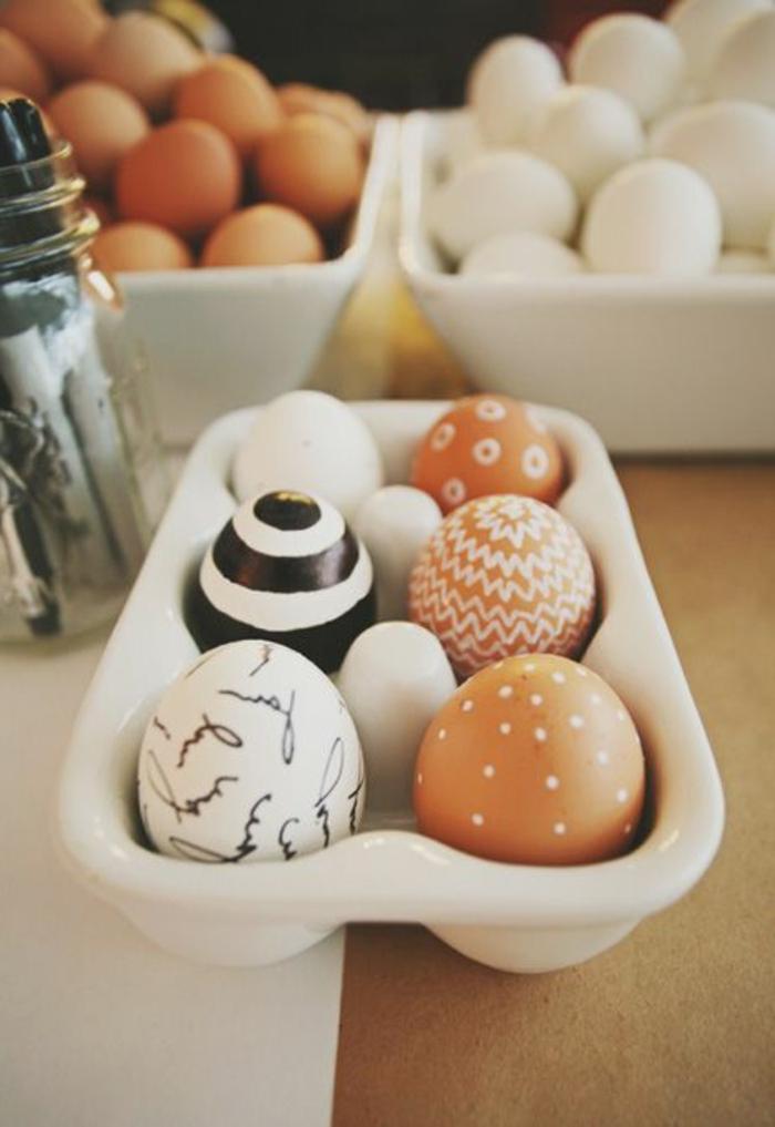 On aime colorer les oeufs pour la fête de Pâque
