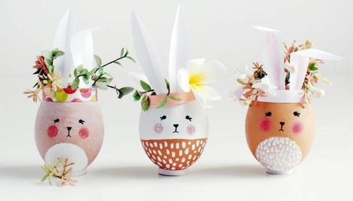 coquille oeuf lapin de paques, exemple de coquilles d oeufs customisées, des oreilles en papier, petits vases, remplis de fleurs fraîches