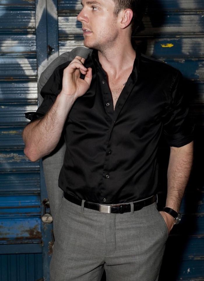 tenu de soiree simple costume gris chemise noire
