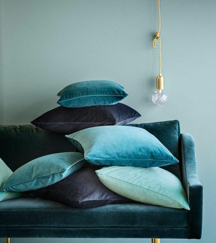 couleur canard, coussins empilés en nuances de la gamme bleue