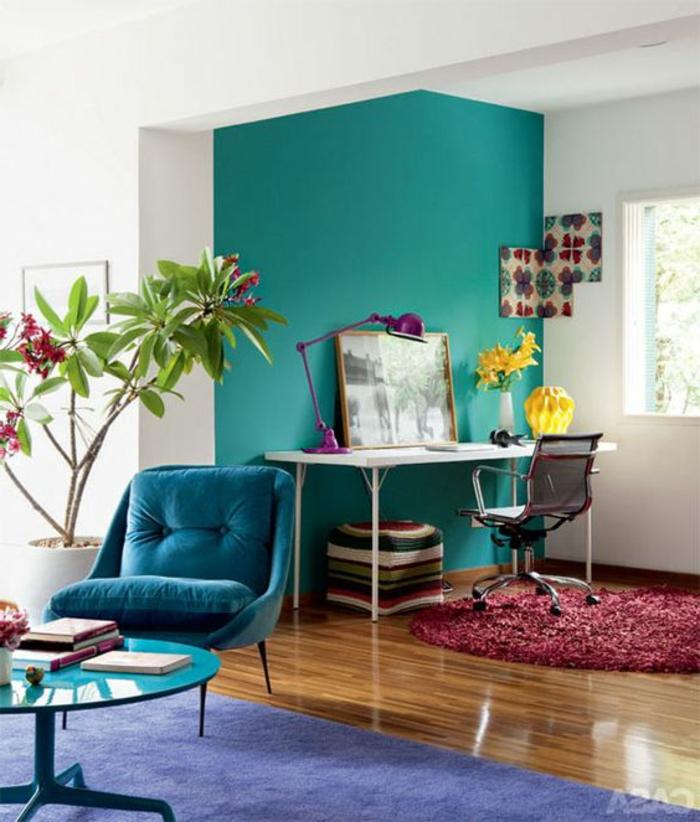 couleur canard, table basse ronde, bureau blanc collé au mur, tapis lilas