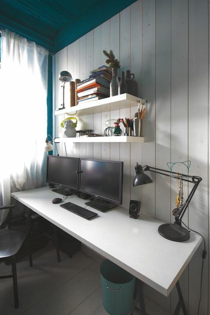 couleur canard, plafond peint bleu, bureau mural blanc, étagère murale blanche
