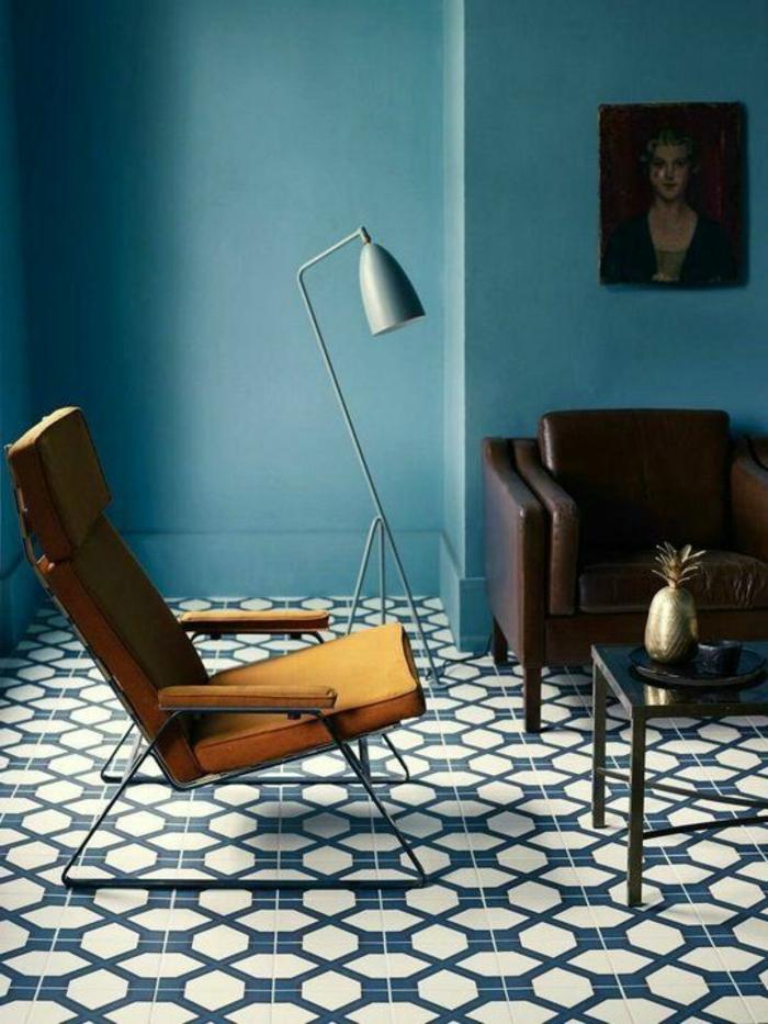 couleur canard, chaise moutarde, carreaux de ciment, canapé en cuir et lampe