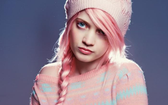 coloration cheveux rose, bonnet en crochet, coiffure avec tresse et frange, fille cheveux rose pastel