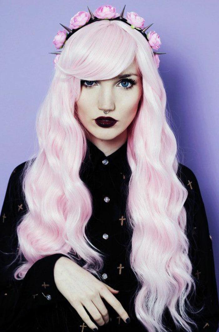 pastel pour cheveux, chemise noire, coiffure avec frange, fille cheveux rose pastel, couronne avec fleurs