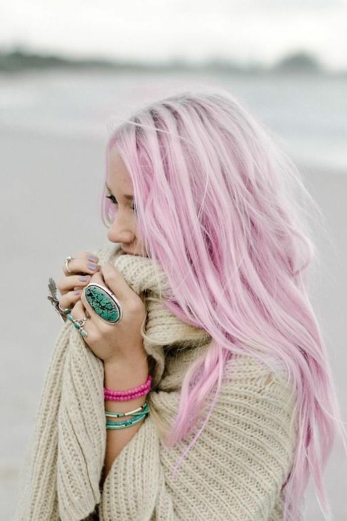 couleur cheveux rose pastel, bracelets et bagues turquoise, poncho beige, cheveux blond rose