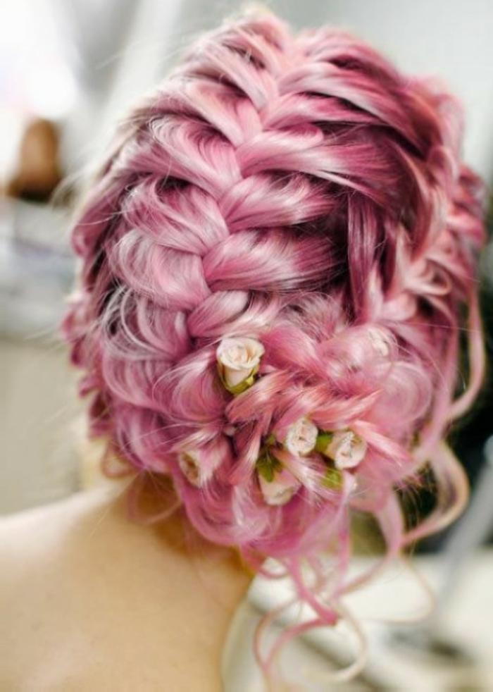 couleur cheveux rose pastel, coiffure tresse, accessoires cheveux fleurs, couleur flashy