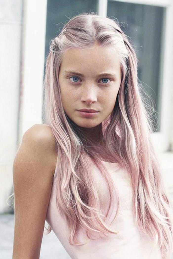 pastel pour cheveux, coiffures avec tresses, maquillage naturel, débardeur blanc, cheveux blond rose