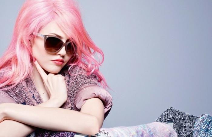 pastel pour cheveux, manucure rose, veste rose pastel, coiffure cheveux rose, lunettes de soleil