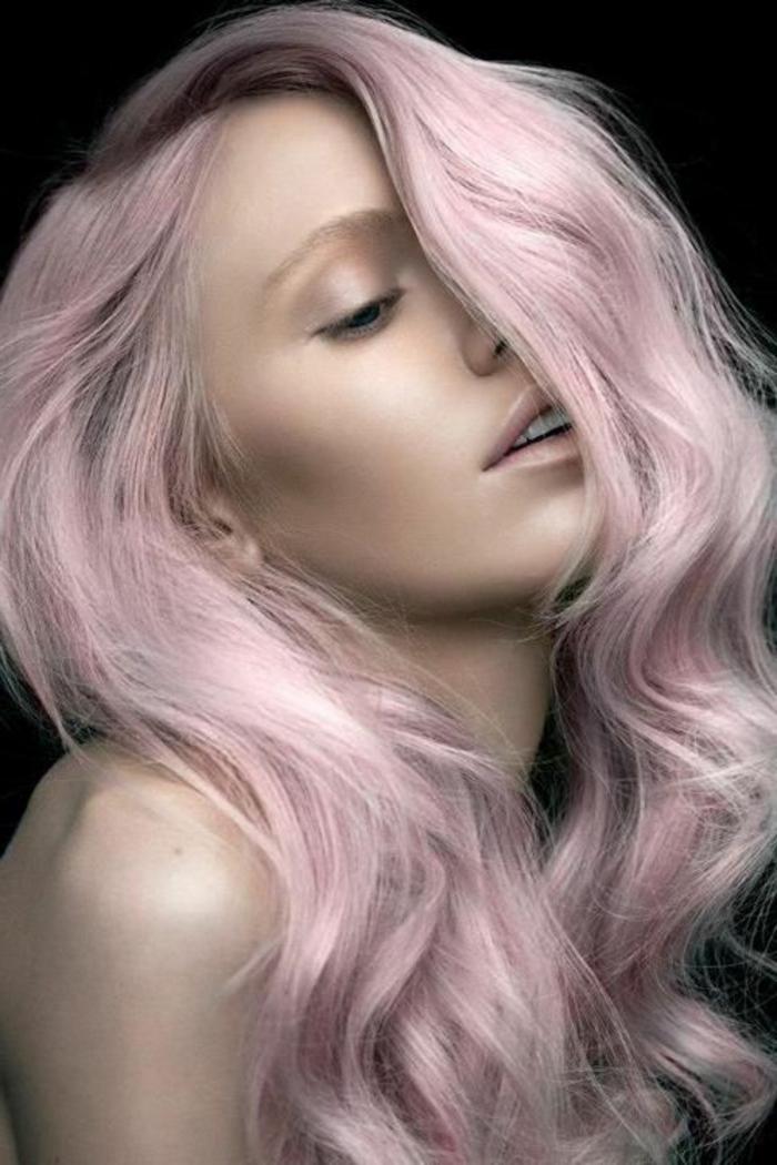 pastel pour cheveux, coiffure mi-long avec boucles, couleur cheveux rose pastel