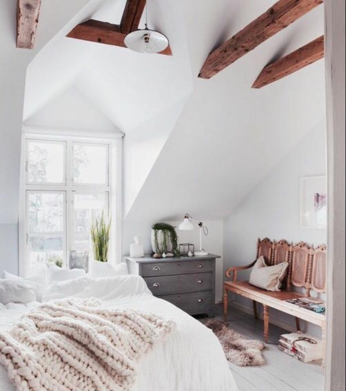 déco chambre sous pente, plancher, parquet blanc, banc en bois vintage, poutres apparentes, commode en bois gris vintage, linge de lit blanc, poutres apparentes, design chambre scandinave, linge de lit blanc