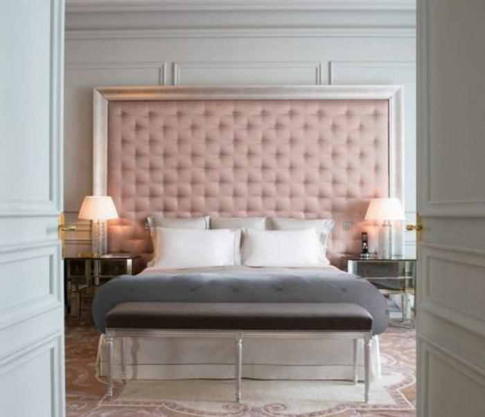 tapis en blanc et rose, parure de lit blanche et grise, tete de lit capitonée rose, chambre rose et gris, style baroque