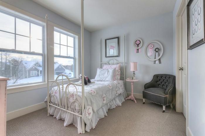 mur couleur bleu clair, lit en métal blanc, fauteuil gris, moquet gris, linge de lit gris et rose, détails décoratifs rose, deco chambre fille