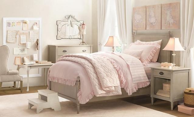 decoration chambre fille, parure de lit rose, meubles, lit, commode, fauteuilm table de nuit gris, tapis blanc, idée déco chambre vintage chic