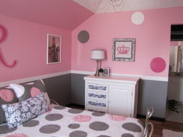 deco chambre fille, couleur murale rose et gris, linge de lit rose, gris et blanc, commode blanche, customisée avec du papier peint, motifs fleurs
