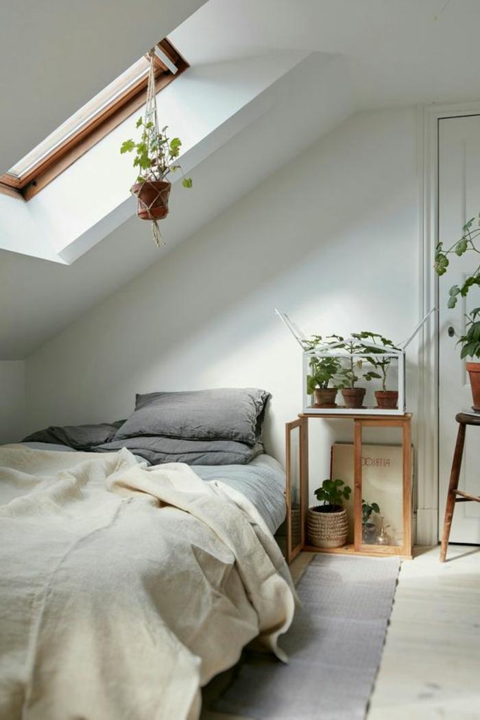 déco chambre sou pente, parquet blanc, couleur mur blanc, plantes, déco florale, tapis et oreillers gris, couverture de lit blanc cassé