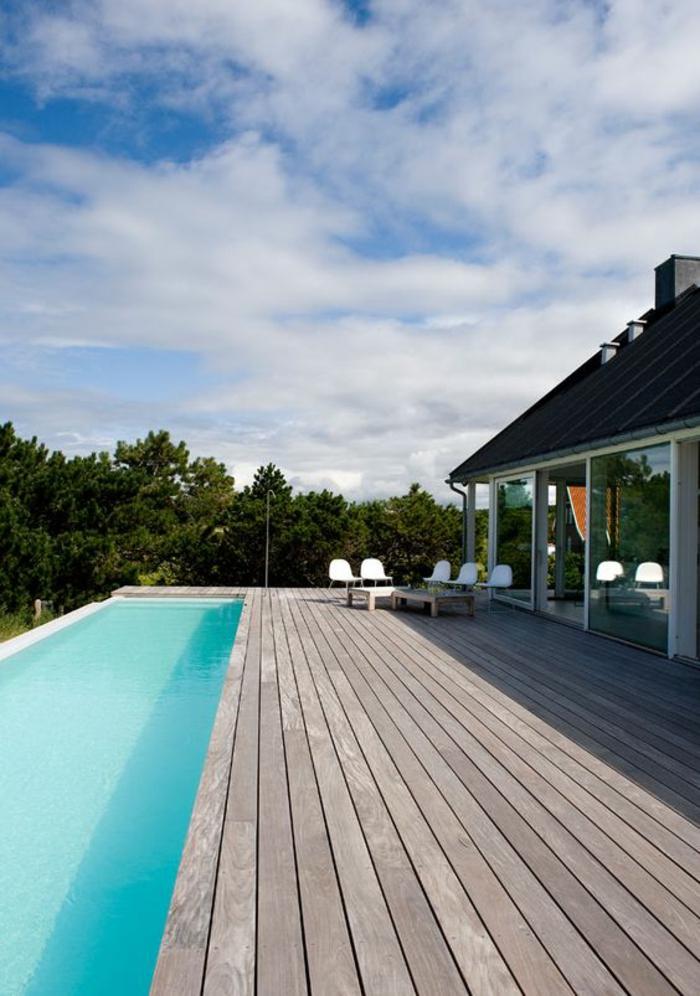 couloir de nage bordé d'un entourage piscine en bois