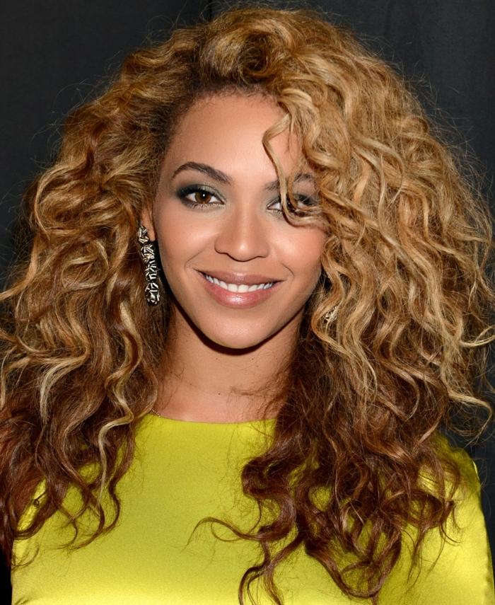 coupe de cheveux visage ovale, coiffure afro, beyonce, balayage, cheveux frisés volumieux, coiffure bohème chic, robe jaune