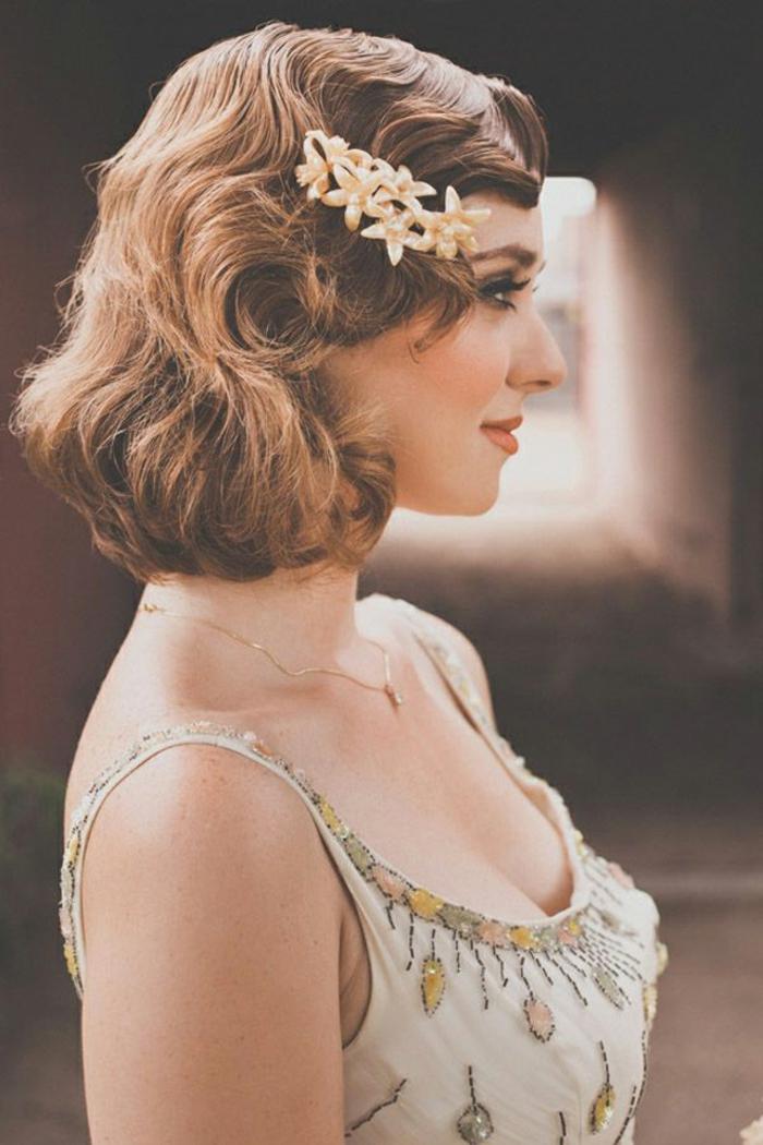coiffure année 50, accessoire cheveux à motifs floraux, collier en or,  coiffure retro