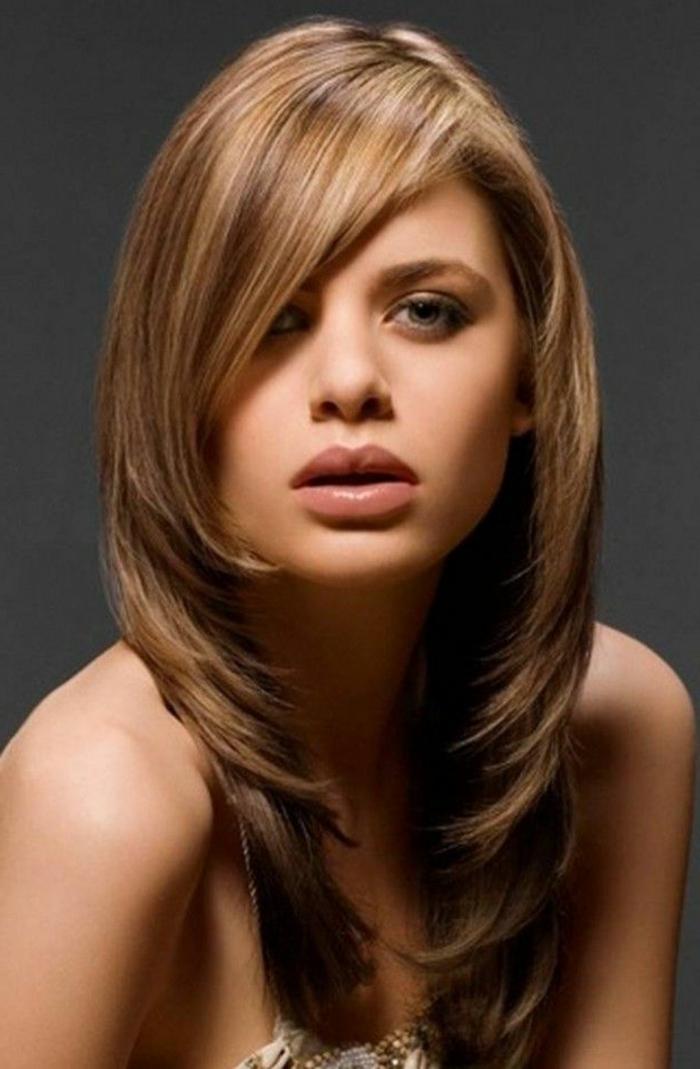 idée coupe de cheveux femme visage ovale, dégradé, plusieurs étages, frange asymétrique, idée comment choisir sa coiffure