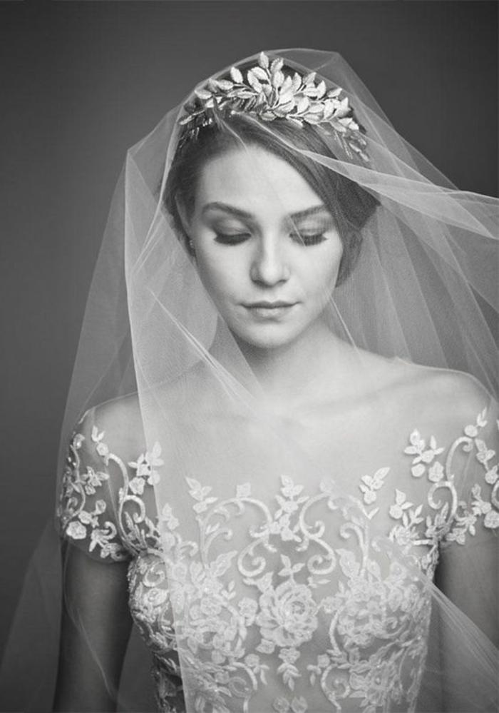 une vision de princesse avec voile nuptial et jolie couronne
