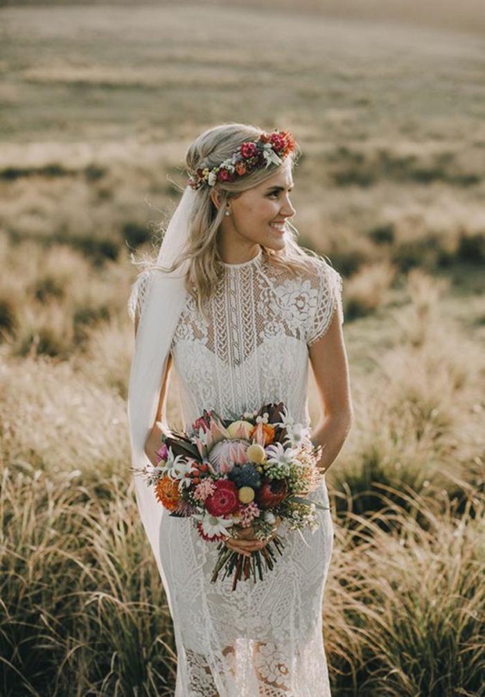 une robe de mariée dentelle de style bohème chic, bustier coeur et col ras du cou