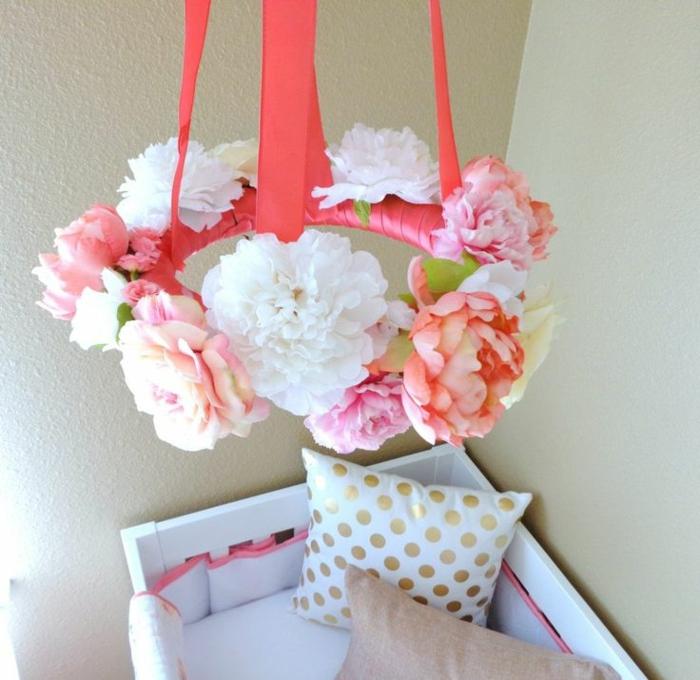 réaliser une jolie couronne de fleurs pour un mobile bébé fille, idée de déco chambre bébé moderne