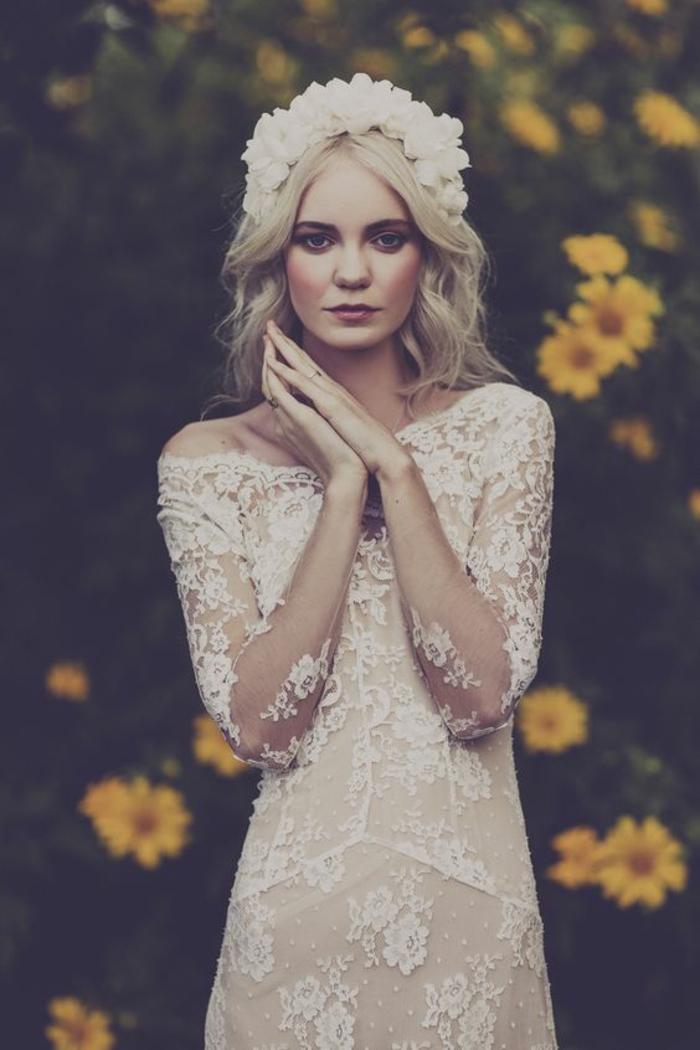 col en bateau pour une touche d'élégance, une robe de mariée à manche longue dentelle