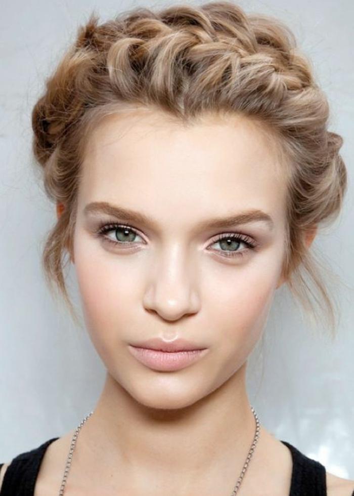 joli maquillage discret pour un look romantique, un coup de blush léger pour une bonne mine