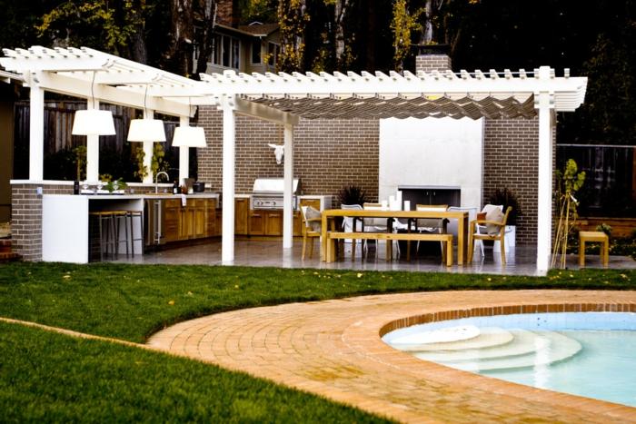 un pergola fonctionnel près de la piscine, construction en briques et en bois, cuisine d'extérieure à gril et à cheminée