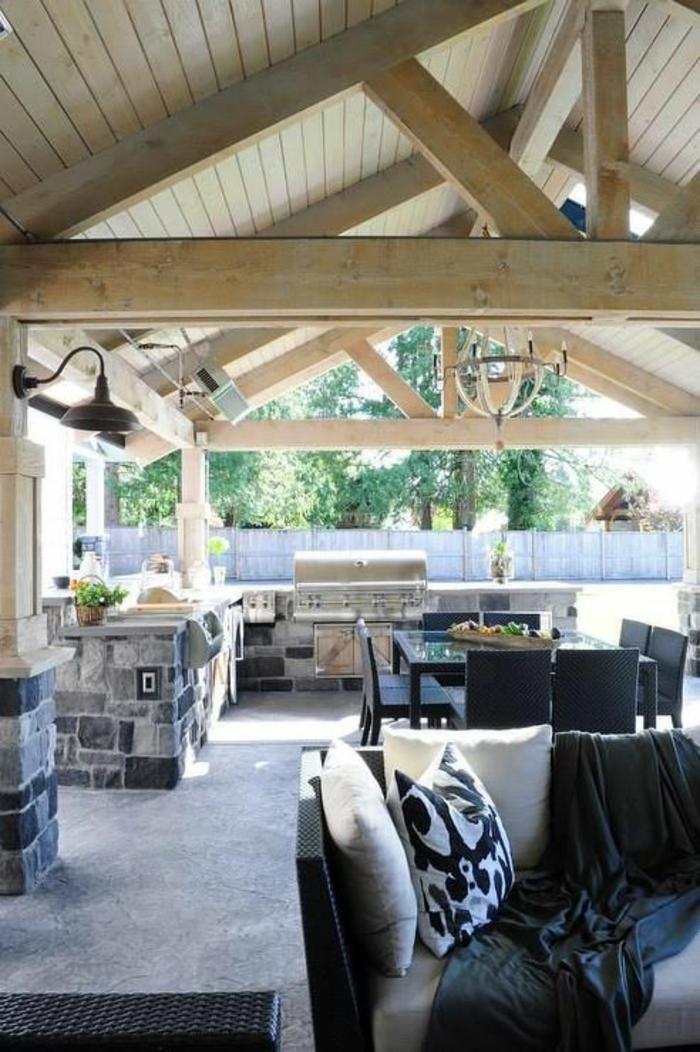 une cuisine d'été couverte sous pente en bois, aménagement d'une véranda confortable et fonctionnelle