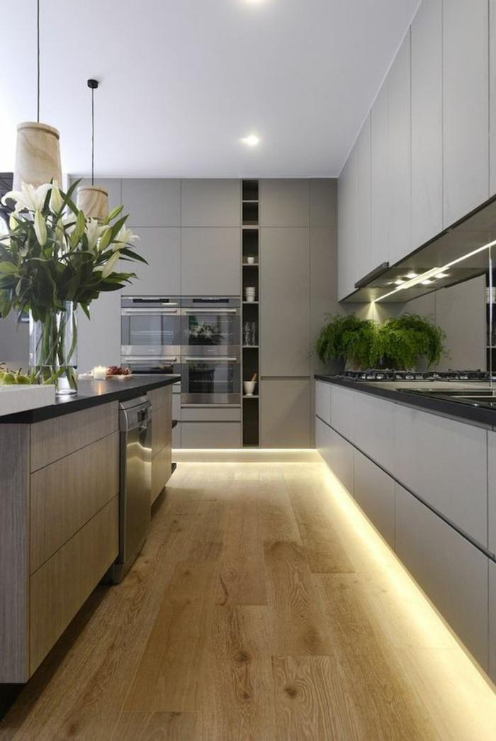 cuisine minimaliste, sol en bois, meubles gris épurés, lampes pendantes, îlot de cuisine