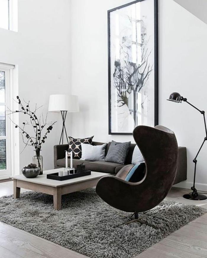 salon minimaliste, table basse en bois, chaise oeuf, lampe de sol gielde et lampadaire tripode