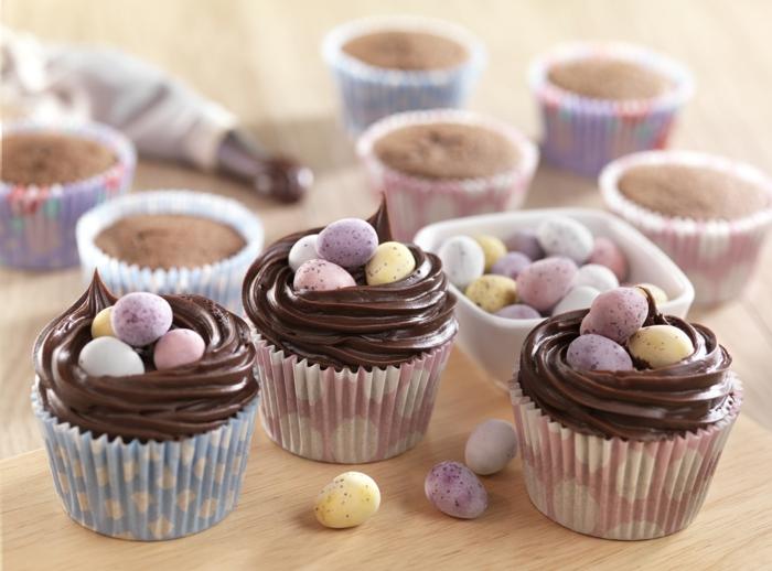 cupcakes au chocolat, petits nids de paques avec une glacage chocolat mousse et petits oeufs au chocolat