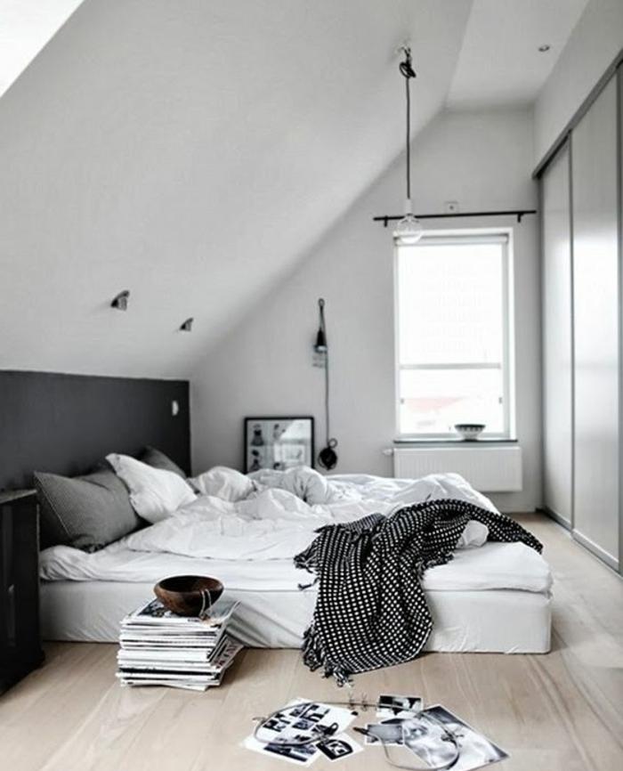 chambre mansardée, parquet clair, matelas posé à même le sol, oreilles gris, linge de lit blanc, couleur mur blanc, armoire sous pente, portes coulissantes