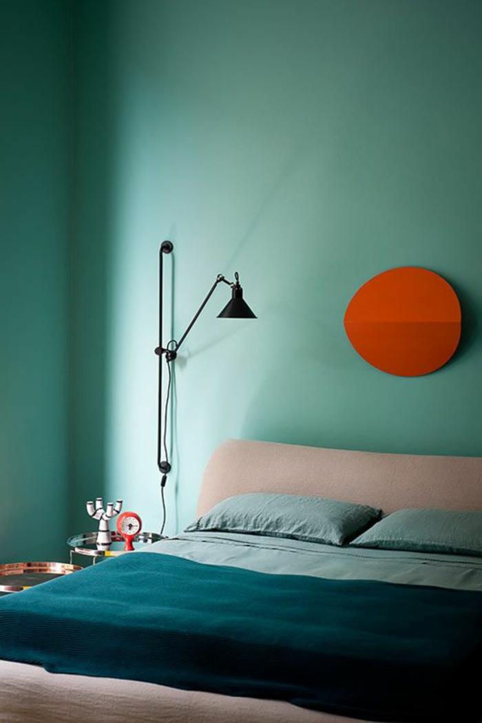 déco chambre bleu canard, décoration murale originale, lampe de sol noire