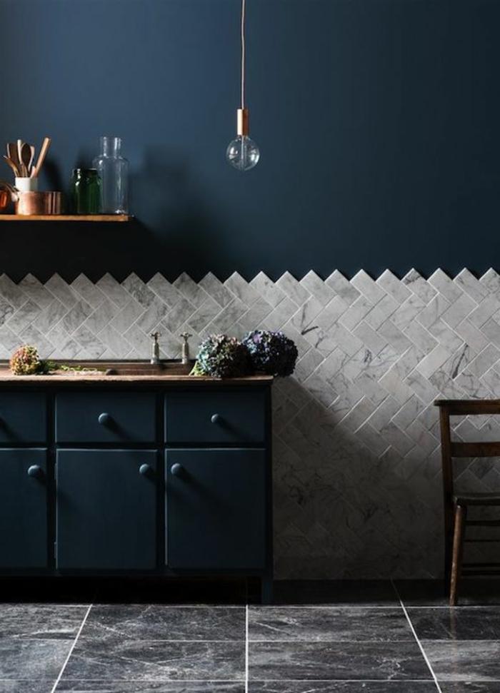 déco chambre bleu canard, carrelage de sol gris, placards bleus, étagère murale